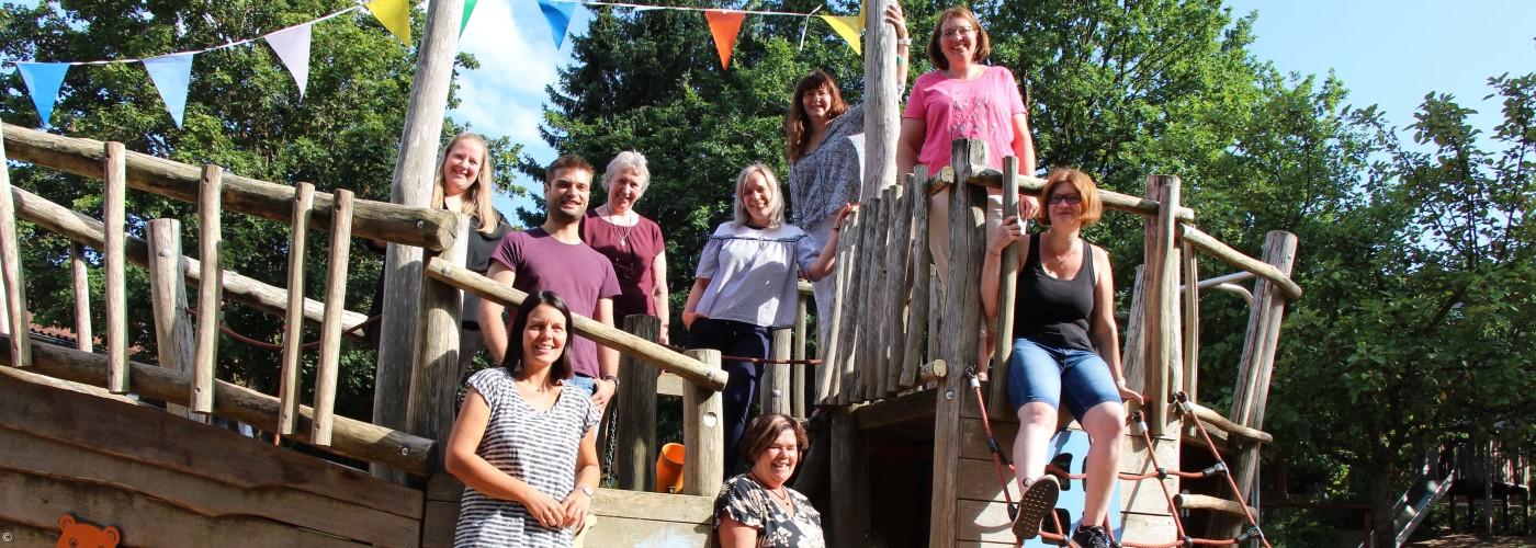 Teamgruppenfoto Arche Noah im Kita-Garten
