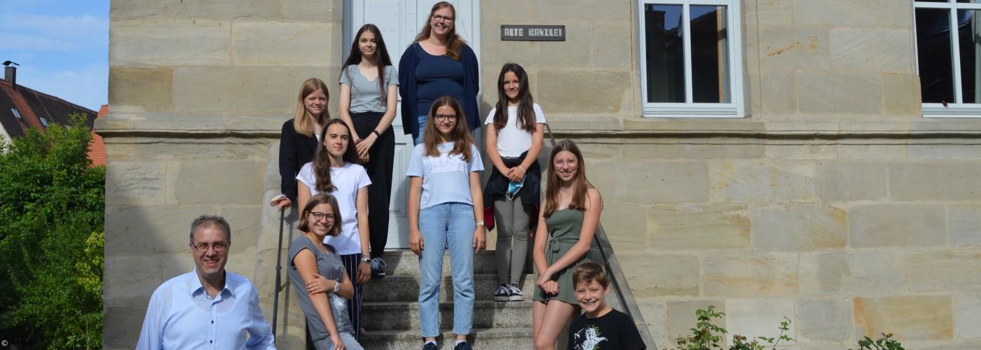 Jugendchor Gruppenfoto vor der Alten Kanzlei