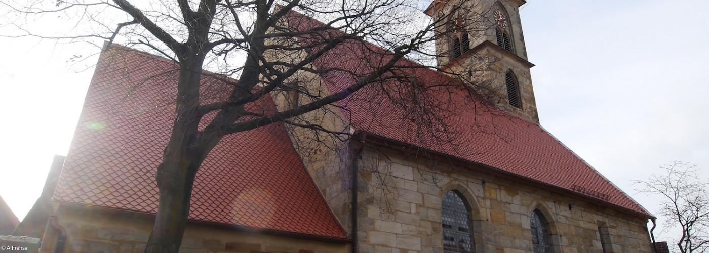 Kirche Eschenau Nordseite Außenaufnahme bei Gegenlicht