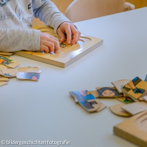 Kinder puzzeln Holzpuzzle in KiTa AN